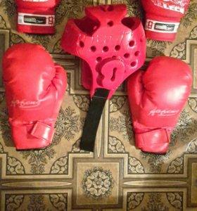Перчатки для бокса и шлем.