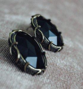 Чёрные массивные серьги-гвоздики в винтажном стиле