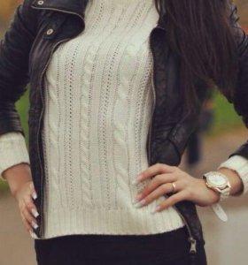 Белый свитер с замшевыми рукавами
