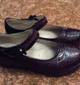 Туфли бардовые на толстой подошве.