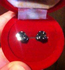 Серьги с черными бриллиантами.