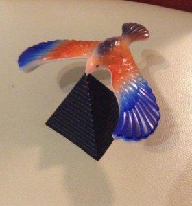 Птица на пирамиде