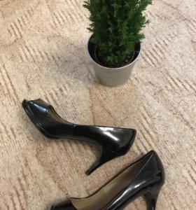 Чёрные лакированные туфли