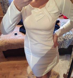Платье белое.