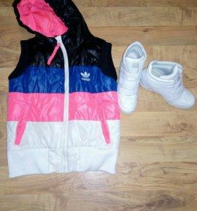 Сникерсы и жилетка adidas.