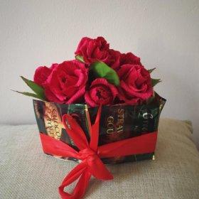 Композиция роз с конфетами и чаем