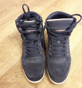 Кроссовки на танкетке Adidas.