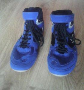 Спортивные кроссовки.