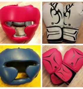 Перчатки и шлем для бокса.