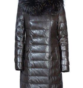 Кожанное зимнее пальто на пуху с мехом из енота