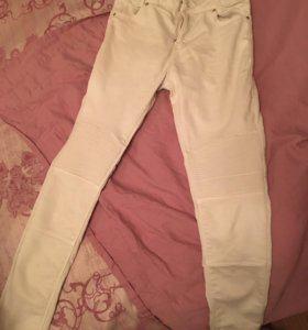 Белые джинсы Bershka