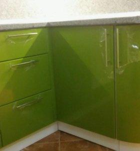 Кухня зелено- белая
