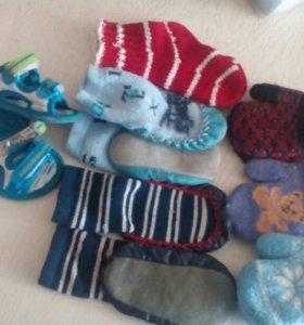 Варежки , пинетки, носочки, босоножки