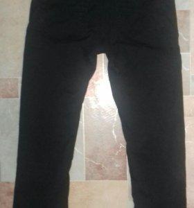 Черные брюки фасон под джинсы