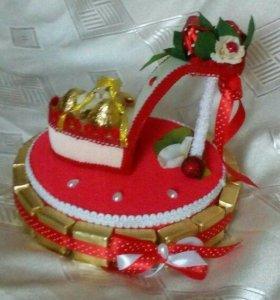 Подарок из конфет и гофрированной бумаги