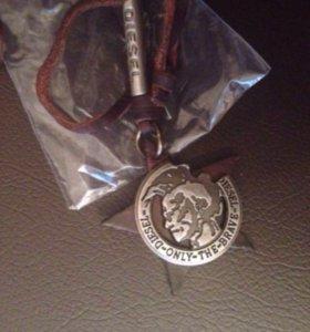 Кулон на кожаном шнурке с логотипом Diezel