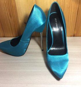 Красивые атласные бирюзовые туфли