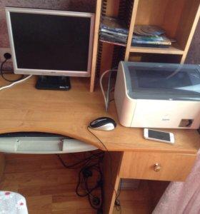 Персональный компьютер и столик