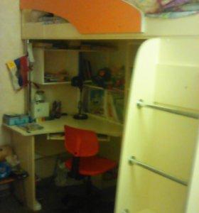 Детская мебель. Кровать стол шкаф