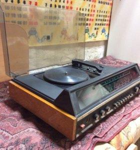 Радио с проигрывателем виниловых пластинок.