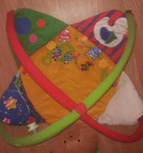 развивающий коврик и игрушки-погремушки