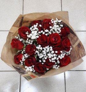 Букет из 15 роз и гипсофилы
