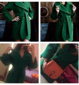 Пальто изумрудного цвета новое 40-42 зелёное