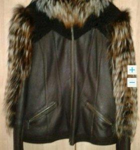 Стильная куртка с меховые рукавами