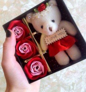 Подарочный набор: мишка и три мыла в виде розочки