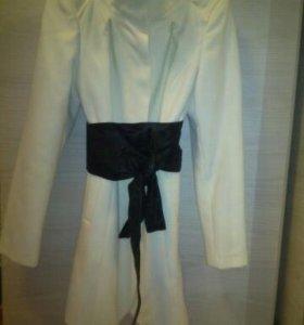 Пальто белое с поясом