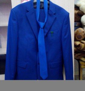 Мужской костюм. Модного синего цвета.