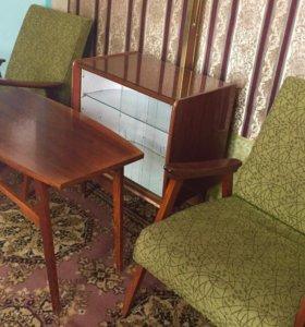 Стол журнальный и два кресла