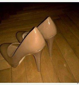 Туфли бежевые на высоком каблуке новые!!!
