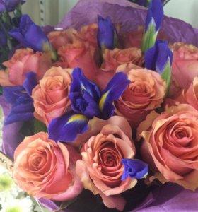 Букет из роз и ирисов
