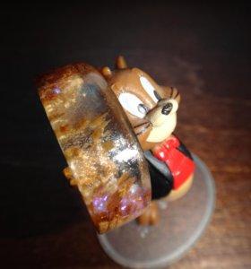 Деревянное кольцо с эпоксидной смолой.