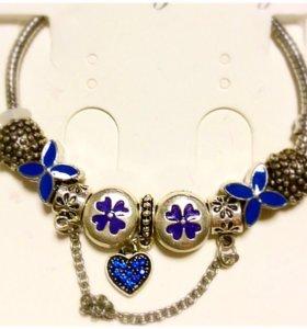 Стильные женские браслеты шармами в ассортименте.