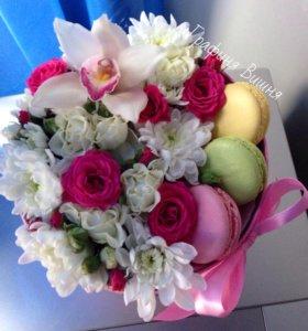 Коробочки с цветами и макарунами