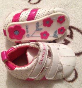 Новые на малышку кроссовки