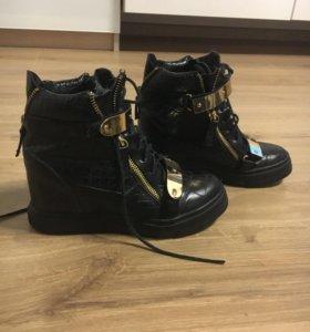 Ботинки на скрытой платформе