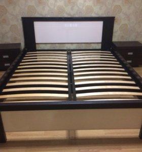 Кровать с прикроватными тумбочками