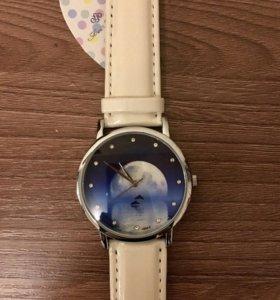 Часы женские кварцевые со стразами