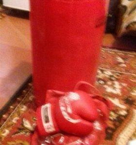 Боксерская груша и боксерские перчатки
