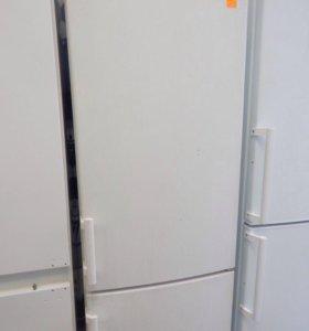 Двухкамерный холодильник Liebherr.