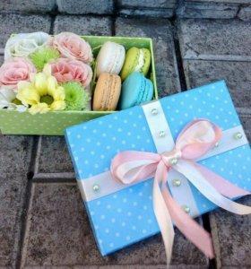 Коробочки подарочные с живыми цветами и макарунс