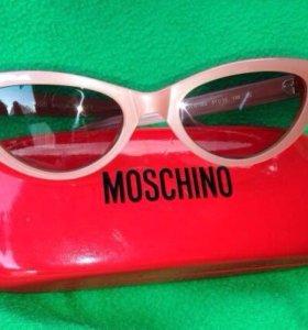 Солнечные очки Moschino