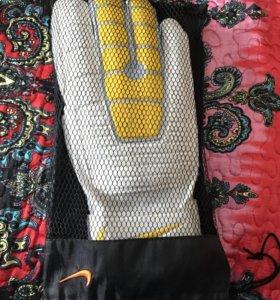 Футбольные перчатки Nike новые!