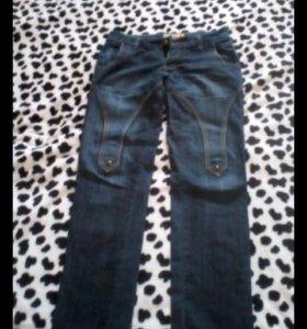 Зауженные джинсы на талии