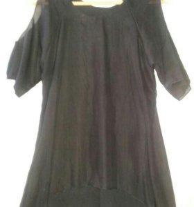 Маленькое черное платье с открытыми плечами