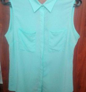 Блузка с разрезом на спине.
