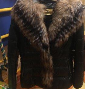 Зимняя кожаная куртка с мехом енота.
